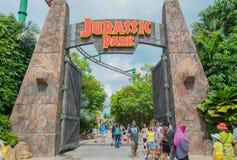 SINGAPURA - 20 DE JULHO: Tema de Jurassic Park no si dos estúdios universais imagem de stock