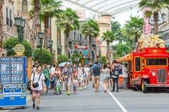 SINGAPURA - 20 DE JULHO: Turistas e visitantes do parque temático que tomam o PIC Imagem de Stock Royalty Free