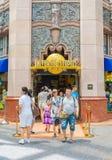 SINGAPURA - 20 DE JULHO: Turistas e visitantes do parque temático que tomam o PIC Fotos de Stock