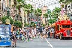 SINGAPURA - 20 DE JULHO: Turistas e visitantes do parque temático que tomam o PIC Fotos de Stock Royalty Free