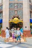 SINGAPURA - 20 DE JULHO: Turistas e visitantes do parque temático que tomam o PIC Imagens de Stock Royalty Free