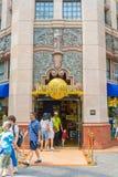SINGAPURA - 20 DE JULHO: Turistas e visitantes do parque temático que tomam o PIC Foto de Stock
