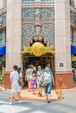 SINGAPURA - 20 DE JULHO: Turistas e visitantes do parque temático que tomam o PIC Imagens de Stock