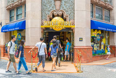 SINGAPURA - 20 DE JULHO: Turistas e visitantes do parque temático que tomam o PIC Imagem de Stock