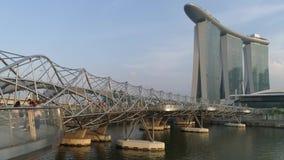 Singapura - 28 de junho de 2018: Concreto coberto com a ponte inoxidável a Marina Bay Sands Hotel em um dia nebuloso dentro vídeos de arquivo
