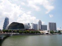 Singapura - 31 de maio de 2015: Panorama da skyline de Singapura no inseto da esplanada e do Singapura Foto de Stock