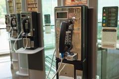 Singapura - 2 de maio de 2016: Telefone público no aeroporto de Changi, Singapura imagem de stock