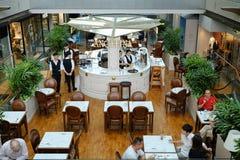 Singapura - 7 de março de 2019: Angelina Cafe The Shoppes em Marina Bay Sands Na sala de chá francesa Angelina, não espere nada m imagem de stock royalty free