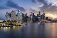 Singapura, Singapura - 17 de março de 2018: A skyline de Singapura com por do sol e a cidade iluminam-se foto de stock royalty free