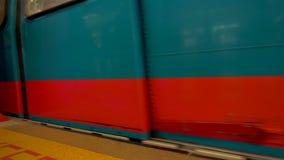 Singapura - 4 de novembro de 2016: Trem que chega à estação vídeos de arquivo