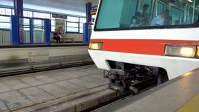 Singapura - 4 de novembro de 2016: Trem que chega à estação de LRT video estoque