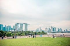 SINGAPURA - 25 DE NOVEMBRO DE 2018: Ideia superior da parte superior do telhado de Marina Barrage na noite imagem de stock royalty free