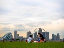 SINGAPURA - 25 DE NOVEMBRO DE 2018: Muitos povos que apreciam e que jogam em Marina Barrage Marina Barrage é um lugar da recreaçã foto de stock royalty free