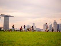 SINGAPURA - 25 DE NOVEMBRO DE 2018: Muitos povos que apreciam e que jogam em Marina Barrage Marina Barrage ? um lugar da recrea?? fotografia de stock