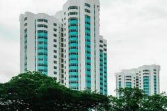 Singapura - 14 DE OUTUBRO DE 2018 Branco com bloco de apartamentos azul dos balcões durante o dia nebuloso fotografia de stock