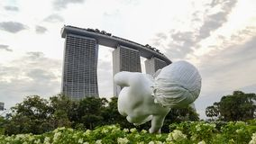 SINGAPURA, SINGAPURA - 27 DE OUTUBRO DE 2018: Escultura do bebê nos jardins pela baía com o hotel de Marina Bay Sans no fundo imagem de stock royalty free