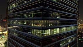 Singapura - 25 de setembro de 2018: Feche acima para o exterior do canto moderno do prédio de escritórios com janelas e os povos  video estoque