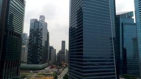 Singapura - 25 de setembro de 2018: Vista aérea em construções modernas do negócio Construção do centro do arranha-céus do centro vídeos de arquivo