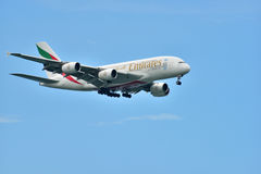 Singapura - em agosto de 2015 Approachi das linhas aéreas dos emirados de Airbus A-380 Imagens de Stock Royalty Free