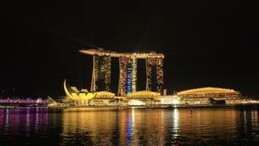 SINGAPURA - EM DEZEMBRO DE 2016: Tempo-lapso: Arquitetura da cidade Marina Bay Sands Lighting Show na noite vídeos de arquivo