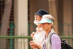 Singapura - em março de 2008 Dois turistas idosos das visitas de Europa Imagem de Stock