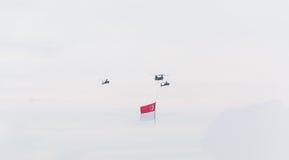 Singapura julho, 18 2015: mosca do helicóptero no céu para o quinquagésimo ann Fotografia de Stock Royalty Free