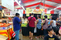 Singapura: Mercado Pasar Malam da noite Imagens de Stock