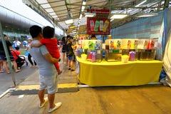 Singapura: Mercado Pasar Malam da noite Imagem de Stock Royalty Free