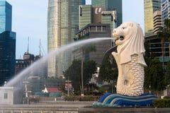 SINGAPURA, O 16 DE JULHO DE 2015: Vista da estátua de Merilon em Marina Bay mim Fotos de Stock Royalty Free