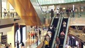 Singapura, o 26 de maio de 2018 Povos em escadas rolantes no shopping Movimento lento 3840x2160 filme