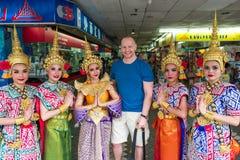 Singapura, o 8 de março de 2018 - o homem caucasiano levanta com os dançarinos fêmeas tailandeses Fotos de Stock Royalty Free
