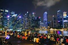 SINGAPURA -14 outubro de 2018: Muitas audiências estão olhando a mostra da luz e da água, músicas do mar na parte dianteira de Ma imagem de stock