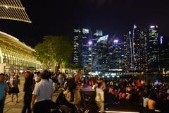 SINGAPURA -14 outubro de 2018: Muitas audiências estão olhando a mostra da luz e da água, músicas do mar na parte dianteira de Ma fotos de stock royalty free