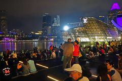 SINGAPURA -14 outubro de 2018: Muitas audiências estão olhando a mostra da luz e da água, músicas do mar na parte dianteira de Ma fotografia de stock royalty free