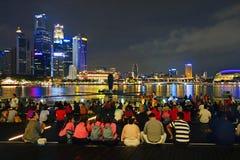 SINGAPURA -14 outubro de 2018: Muitas audiências estão olhando a mostra da luz e da água, músicas do mar na parte dianteira de Ma imagem de stock royalty free