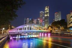 SINGAPURA, SINGAPURA - CERCA DE 2016: Elgin Bridge Illuminated em cores do arco-íris Imagens de Stock Royalty Free