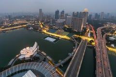 SINGAPURA, SINGAPURA - CERCA DO SETEMBRO DE 2015: Panorama de Marina Bay de Singapura do obervatório na parte superior de Marina  Fotografia de Stock