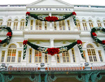 Singapure - 2008年12月24日:在莱佛士酒店门面的圣诞节装饰在新加坡 免版税库存照片