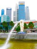Singapure - 24 décembre 2008 : La fontaine et la Marina Bay de Merlion le matin Photos libres de droits