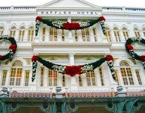 Singapure - 24 de dezembro de 2008: As decorações do Natal na fachada do hotel das rifas em Singapura Fotos de Stock Royalty Free