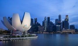 Singapurische Skyline in der Dämmerung stockfotos