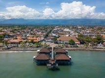Singaraja和它的码头鸟瞰图在巴厘岛 库存图片