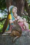 Singe et statue Madonna et enfants Photos stock