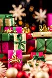 Singel-färgade Xmas-gåvor som staplas upp Arkivbild