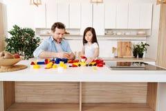 Singel-förälder familj som spelar med en konstruktionsuppsättning Royaltyfri Foto