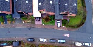 Singel-familj hus med parkeringsbilar i en förort, flygbild arkivfoton