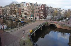 Singel kanal i Amsterdam Arkivbilder
