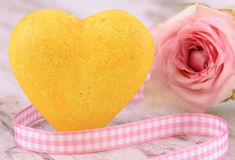 Singel rose as present with golden heart Royalty Free Stock Photos