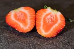 Singel skivad jordgubbe på stentjock skiva Royaltyfria Bilder