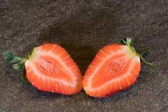 Singel skivad jordgubbe på stentjock skiva Fotografering för Bildbyråer